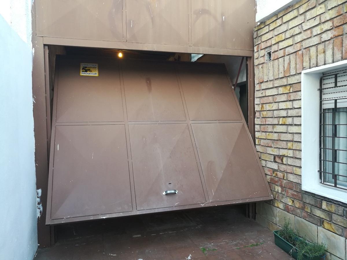 permuto 3 dormitorios, 2 baños garage y cochera para 3 autos