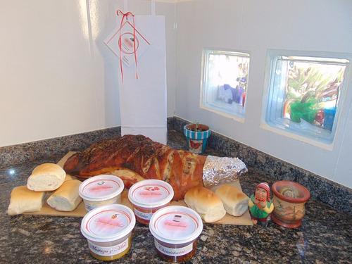 pernil de cerdo para 25 personas, con  pan y salsas