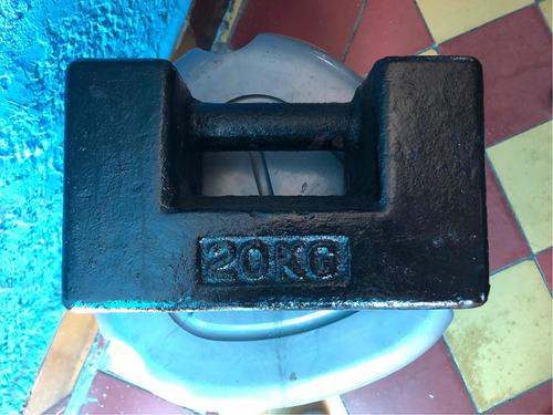 pesa 20kg de hierro fundido para calibrar báscula.