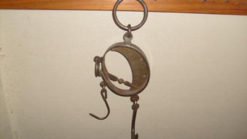 pesa antigua de fierro forjado antiguo  de 26 x 10 cm.