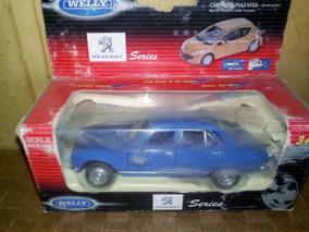 Toyota Innova azul claro escala 1:60 de Welly