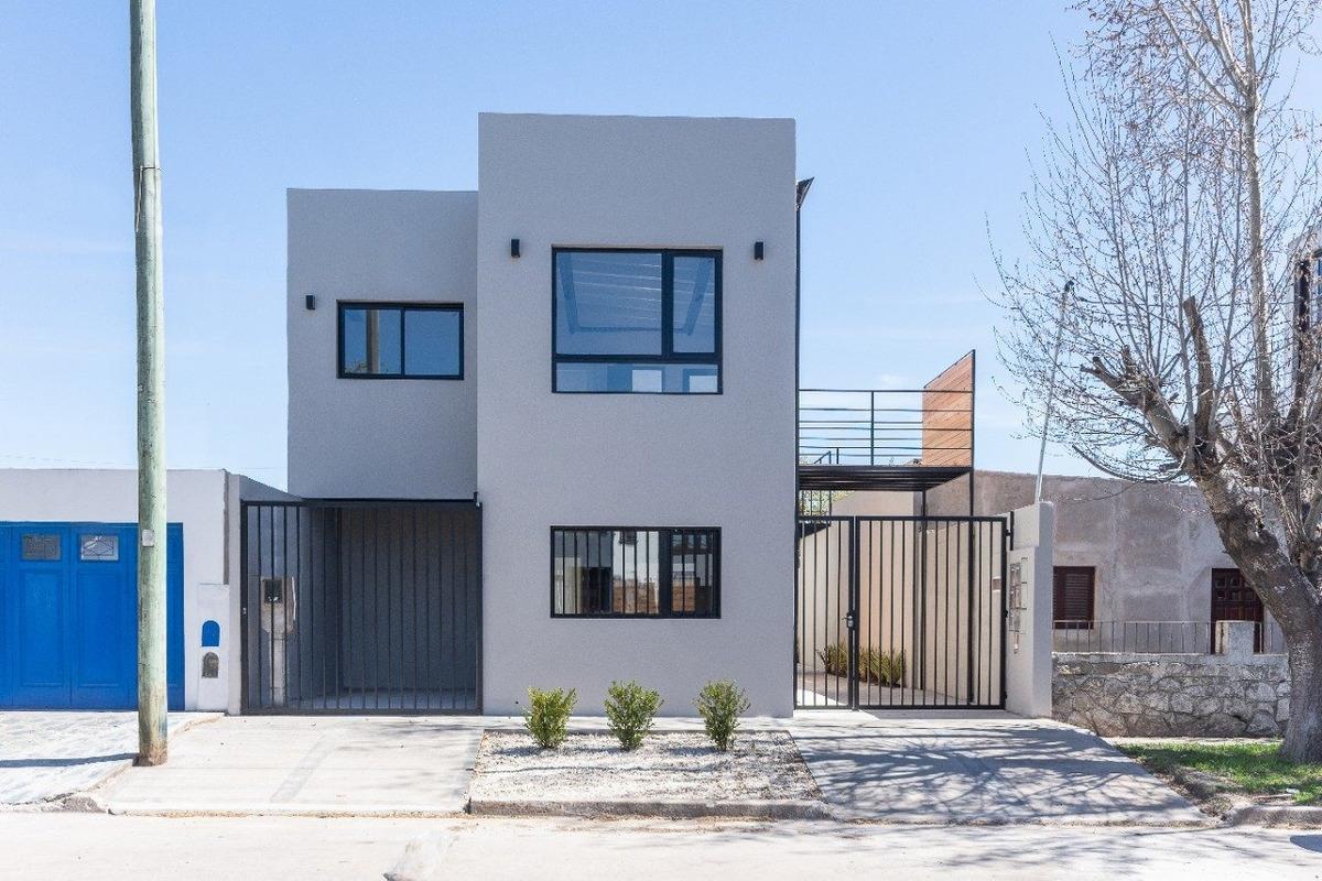 ph 2 ambientes a la calle con patio y entrada de auto