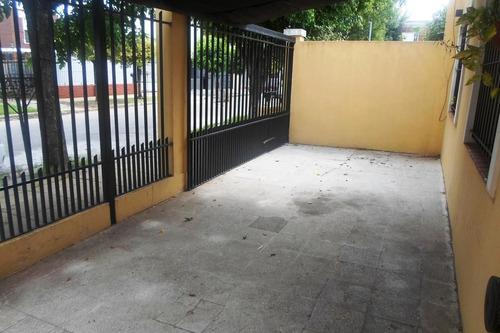 ph 3 ambientes con patio y entrada de coche. prox a avda