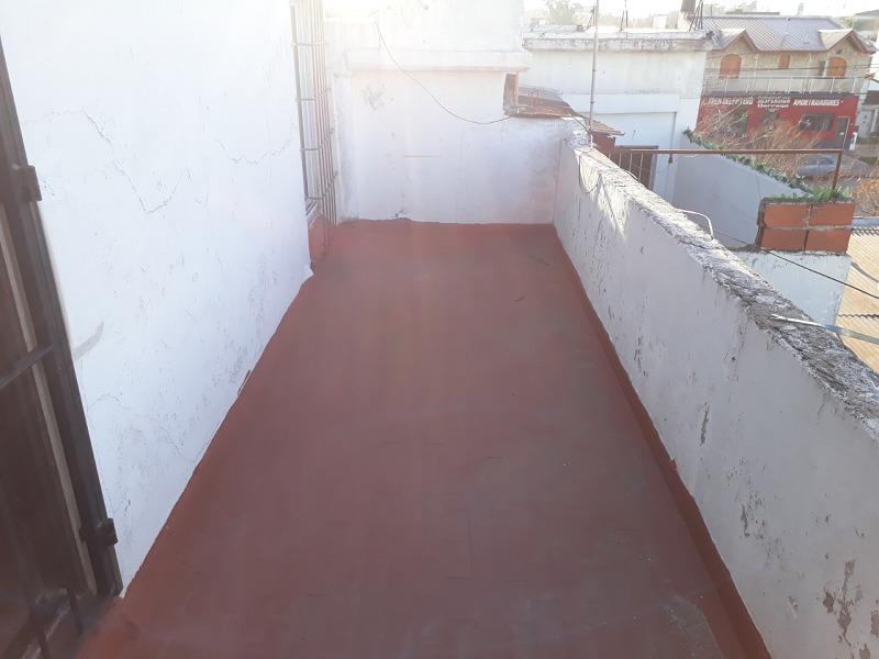 ph de 2 amb en 1° piso a la calle con balcón y terraza