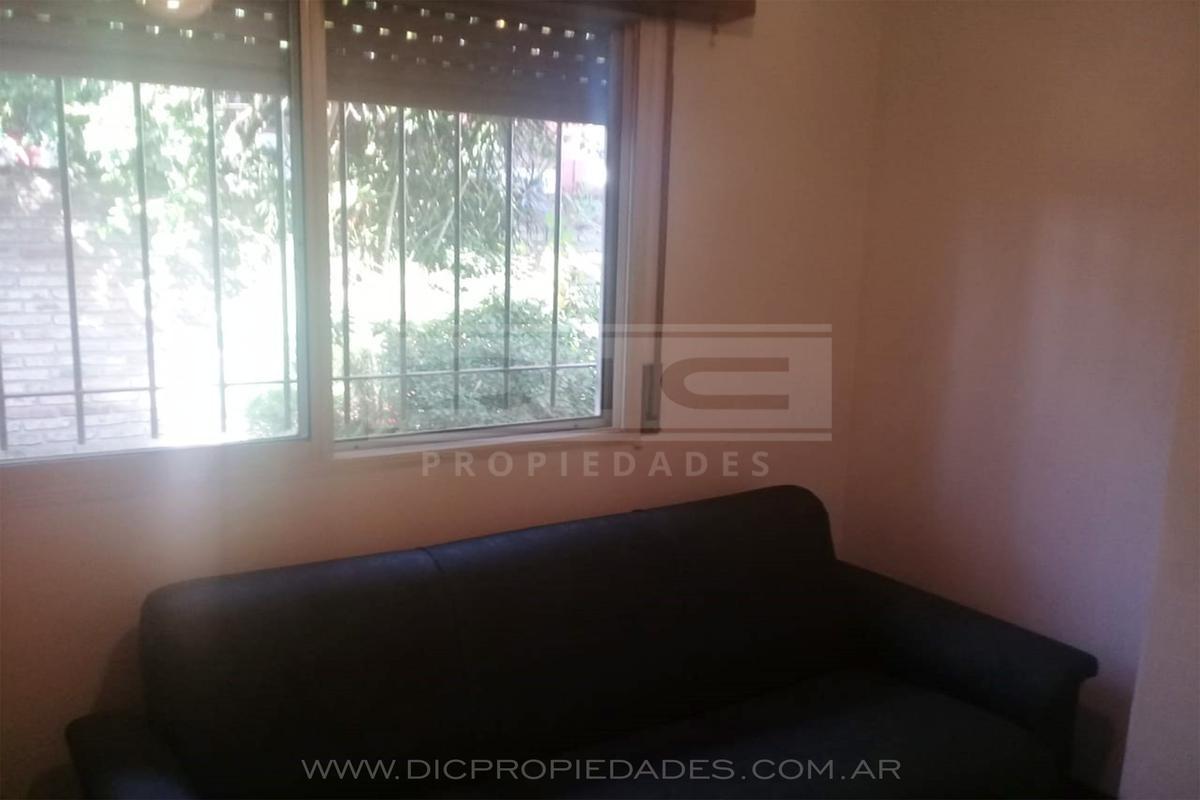 ph de 2 dorm, escritorio, liv-com y  un baño c/jardín -sin expensas, exc ubicación en  san isidro