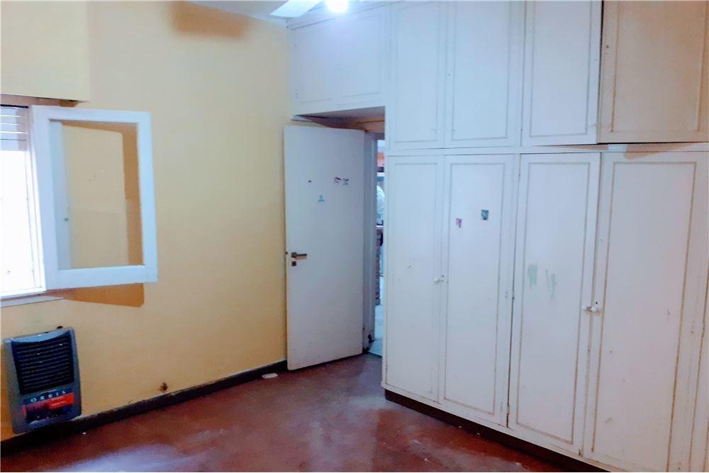 ph de 2 dormitorios y patio. venta. la plata
