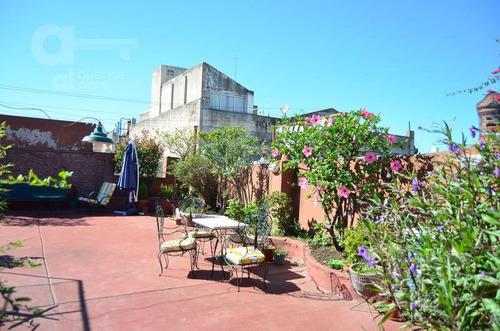 ph de de 6 ambientes con terraza propia. impecable estado de conservación!