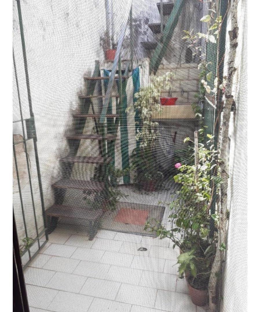 ph en excelente cuadra, 2 ambientes con patio.