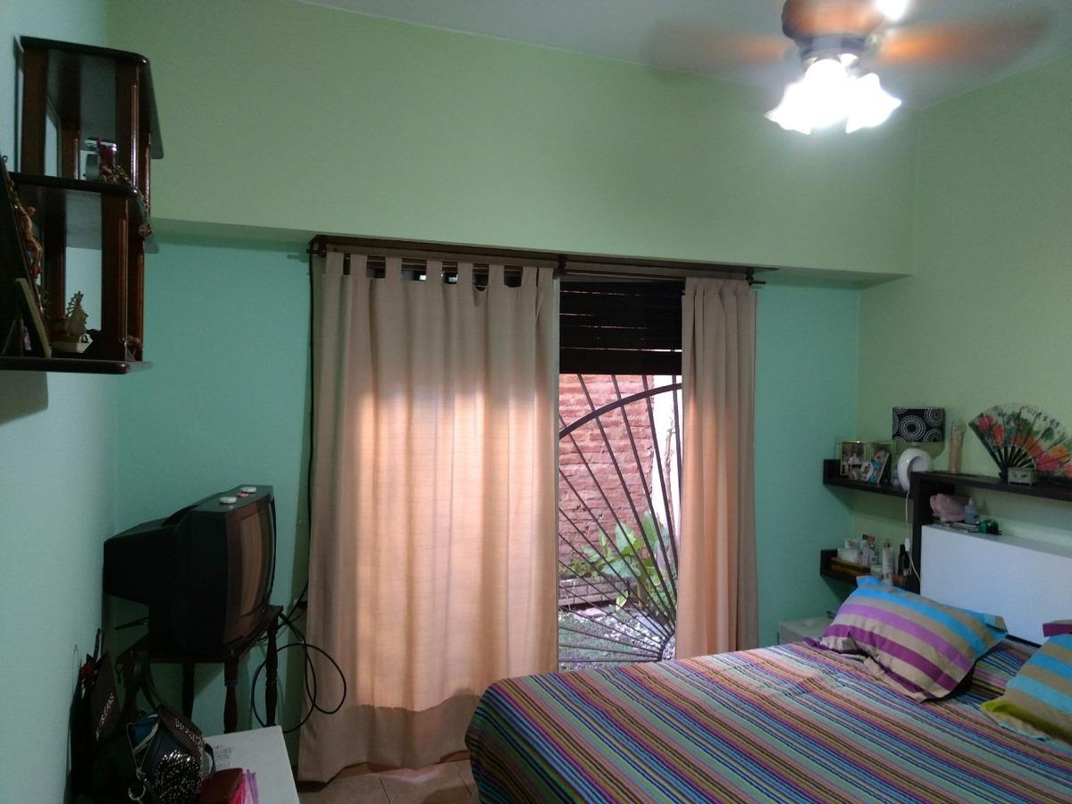 ph por pasillo a media cuadra de la av. 3 dormitorios.