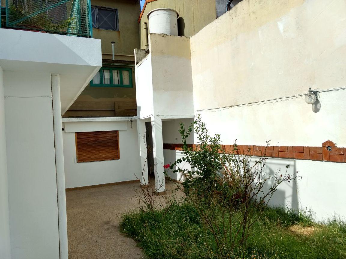ph tipo casa con fondo, quincho, garage, 3 dormitorios.