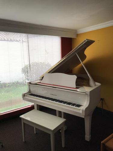 piano blanco de media cola yamaha c3 del famoso jimmy salced