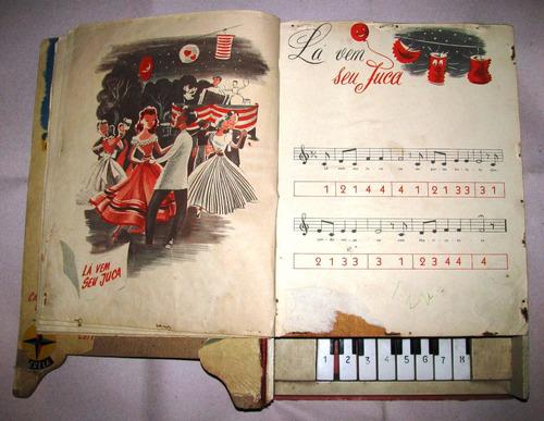 piano-libro antiguo de juguete con partituras