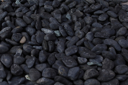 piedra bola negra costal 25 kg para jardines, muros, pisos, fuentes