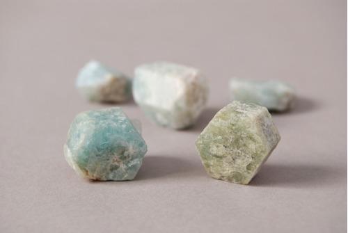 piedra cristales hexágonos de berilo