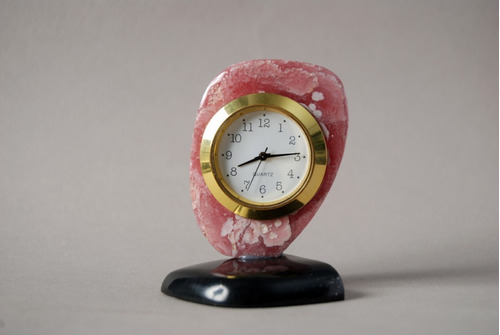 piedra reloj tallado en rodocrosita