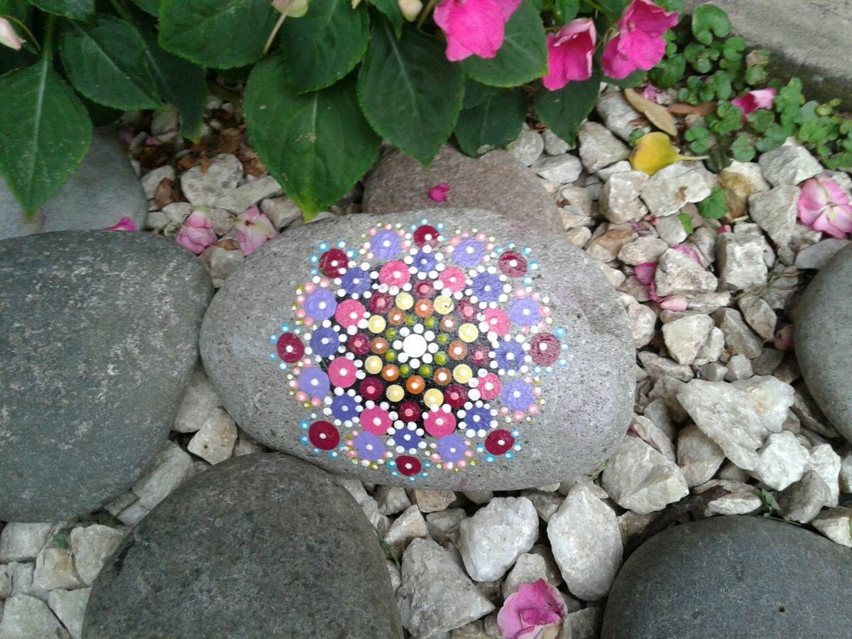 Decorar con piedras el jardin perfect pintar piedras para - Decorar el jardin con piedras ...