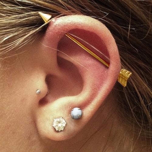 piercing de orelha transversal flecha de aço e banho de ouro