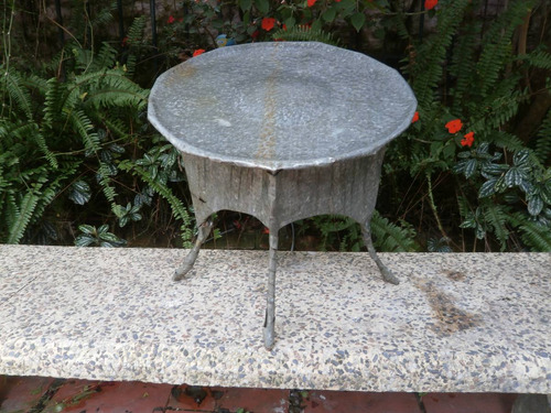 pieza inclinada obra de material galvanizado 40x40x42 cm.