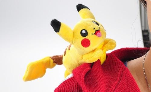 pikachu agarradinho pokémon pelúcia tomy original 9cm