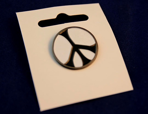 pin peace pines b/n color arcoiris inglaterra unicos
