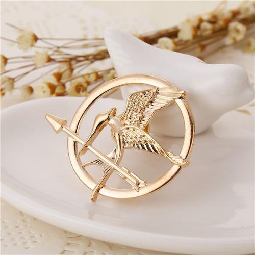 pin sinsajo dorado o color bronce