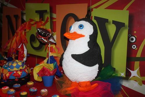 piñata y decoración para torta - madagascar circo
