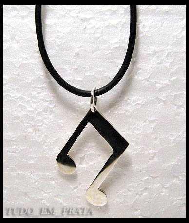pingente colcheia em prata com cordão de borracha de 2mm