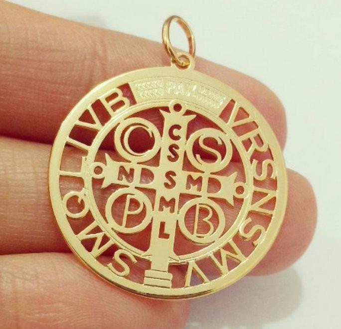 ba298a1a3ef01 Pingente Medalha Cruz De São Bento Prata Banho Ouro Vazado - R  120 ...