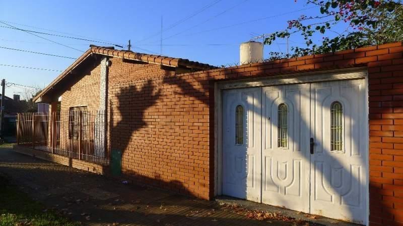 pintos 1405, banfield. bonito chalet en barrio nuevo