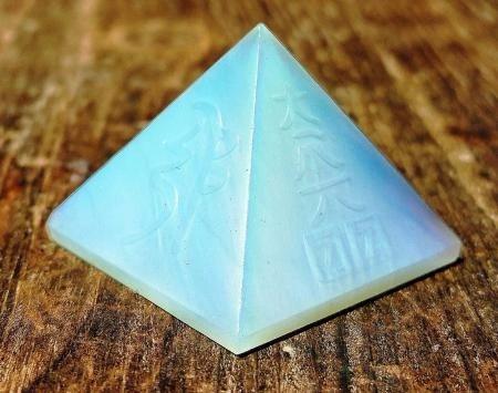 pirámide de cuarzo opalita con relieves de reiki