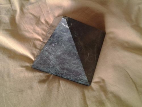 piramide de piedra de jaspe verde ecuatoriana