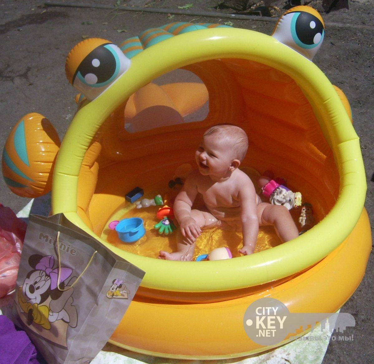 Piscina pelotero con techo en forma de pez inflable intex for Piscina inflable intex para bebe