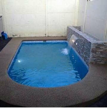 piscinas de fibra de vidrio y hormigón armado.