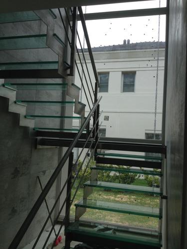piso, baranda, escalones y revestimiento en vidrio.