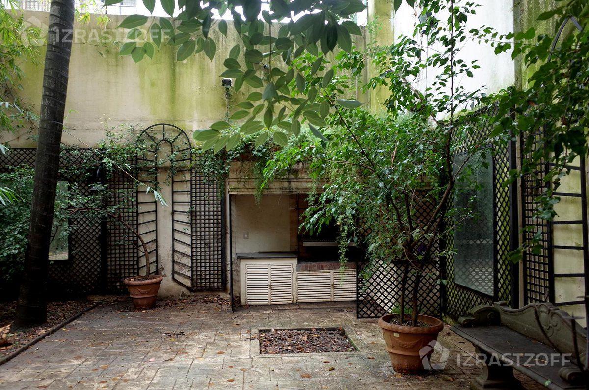 piso de categoría con jardín y parrilla