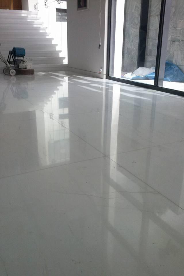 Piso de marmol blanco punto diamante 40x40 brillado oferta for Quitar manchas del marmol blanco