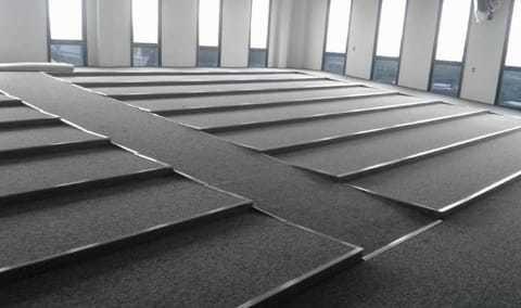 piso elevado em ardósia ou aço