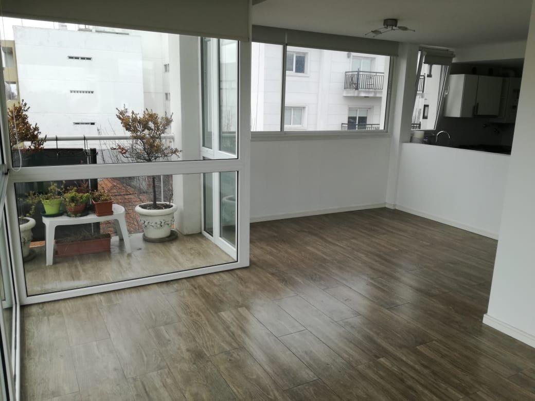 piso en alquiler de 4 ambientes con 2 cocheras descubiertas.