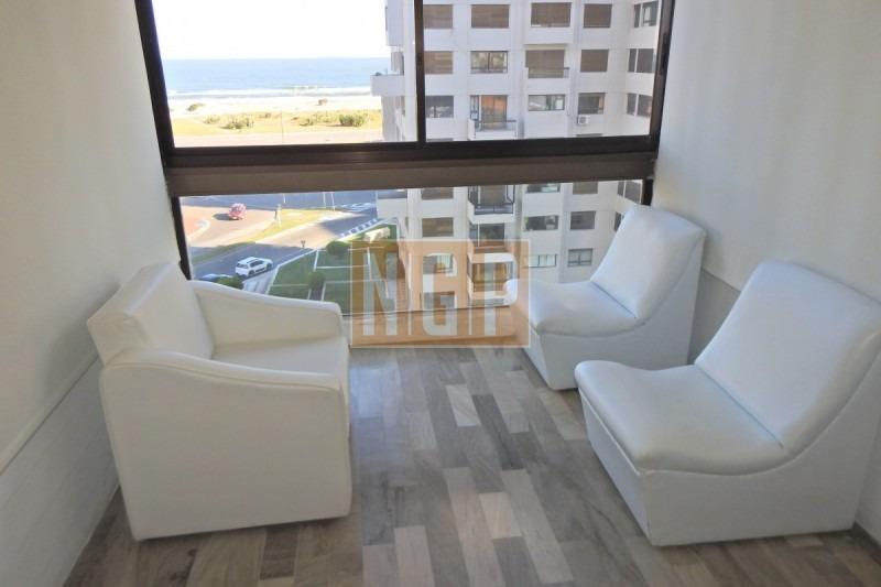 piso medio con vista al mar cuenta con amplio living comedor con vista al mar, cocina totalmente reciclada, tiene 3 dormitorios, más dependencia de se-ref:25603