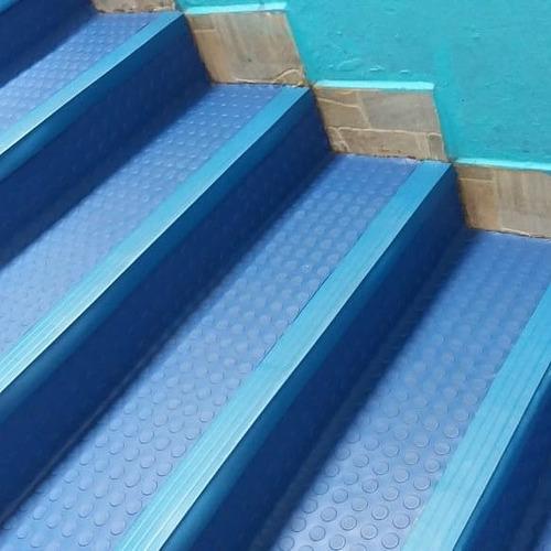 piso moeda antiderrapante em escada na cor azul