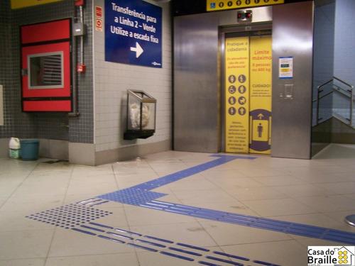piso tátil direcional preto pvc 25x25x0,5cm kit 16pçs =m²