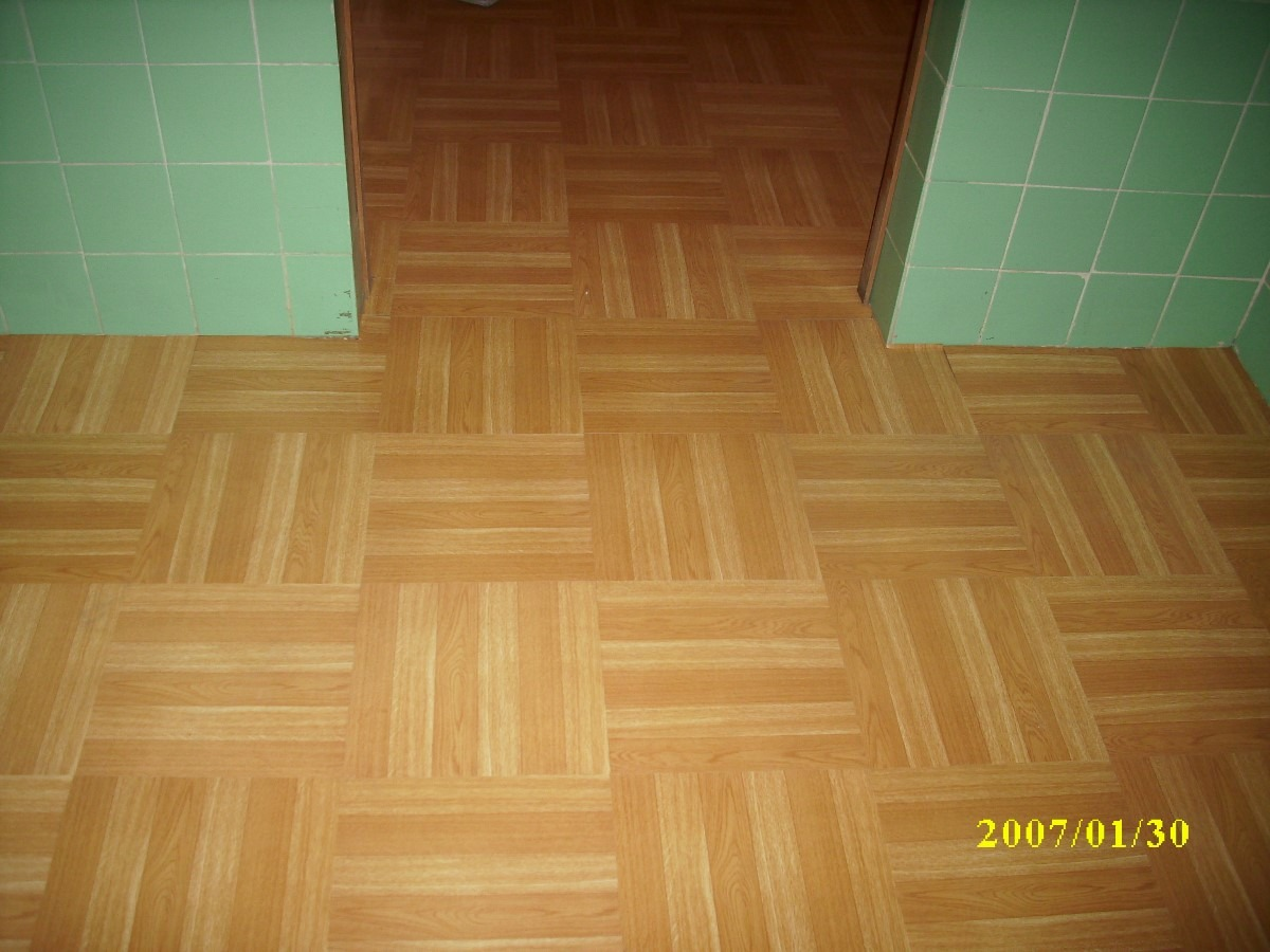 Piso vinilico imitaci n medera laminado azulejo m2 for Azulejo de parquet negro imitacion