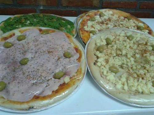 pizzas listas para hornear.