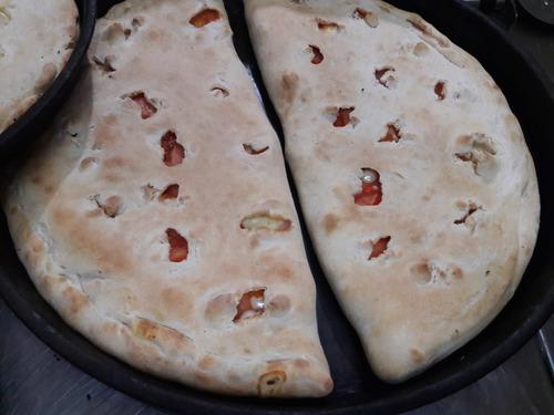 pizzas y empanadas listas para hornear