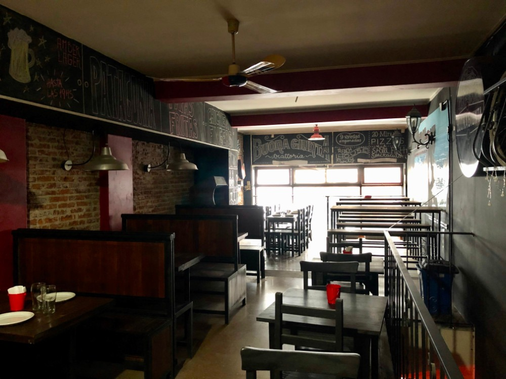 pizzeria en pleno centro porteño. excelente locacion
