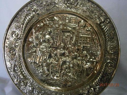 plato bronce repujado mujer bailando, con cuernos
