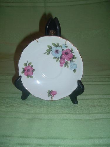plato de porcelana con diseño floral