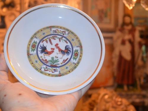 plato de porcelana. diseño de pareja de gallos