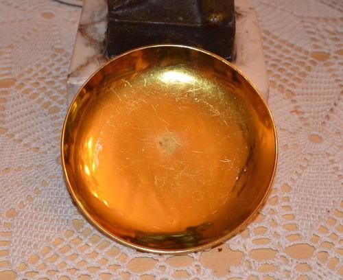 plato de porcelana dorado.