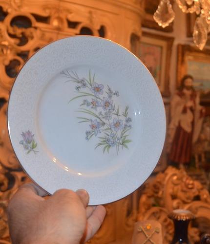platos de porcelana en miniatura.